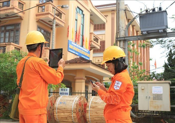 Nhân viên Công ty Điện lực Quảng Trị (Tổng Công ty Điện lực miền Trung) thu thập, cập nhật dữ liệu thông tin khách hàng dùng điện trên địa bàn thành phố Đông Hà. Ảnh: Ngọc Hà/TTXVN