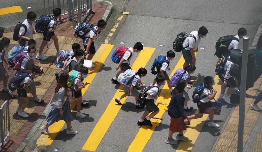 Học sinh Hồng Kông đang băng qua một con đường ở khu Tsuen Wan