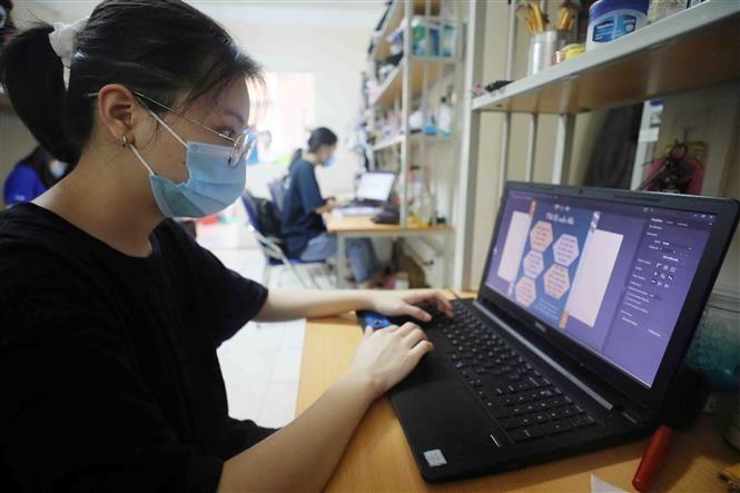 Sinh viên Đại học Quốc gia Hà Nội học trực tuyến tại ký túc xá. Ảnh: Thanh Tùng/TTXVN