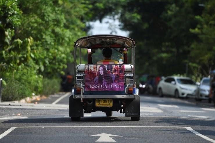 Những biển quảng cáo K-pop, khoản hỗ trợ bất ngờ cho tài xế tuk tuk ở Thái Lan