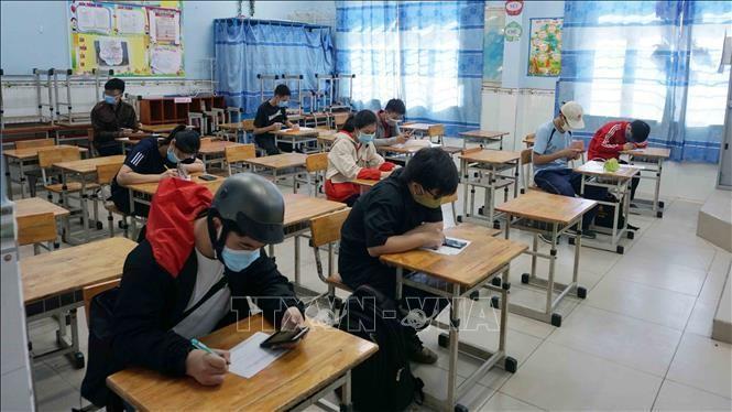 Thí sinh được sắp xếp vào khu vực phòng chờ để ghi phiếu thông tin cá nhân tại điểm Trường Tiểu học Nguyễn Trung Trực (thành phố Thủ Đức) ngày 3/7/2021. Ảnh minh họa: Thu Hoài/TTXVN