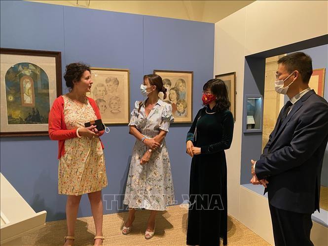 Đại sứ Lê Thị Hồng Vân, Trưởng phái đoàn Việt Nam bên cạnh UNESCO tham quan triển lãm. Ảnh: Nguyễn Thu Hà/PV TTXVN tại Pháp