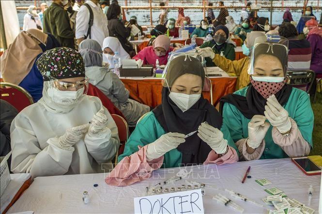 Nhân viên y tế tại một điểm tiêm vaccine ngừa COVID-19 ở Surabaya, Đông Java ngày 6/7/2021. Ảnh: AFP/TTXVN