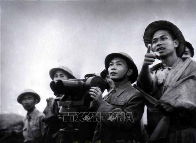 Đại tướng Võ Nguyên Giáp quan sát trận địa Điện Biên Phủ lần cuối trước khi phát lệnh nổ súng tấn công. Ảnh tư liệu: TTXVN