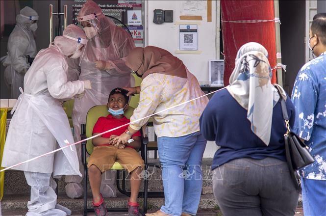Nhân viên y tế lấy mẫu xét nghiệm COVID-19 tại Shah Alam, Malaysia. Ảnh: THX/TTXVN