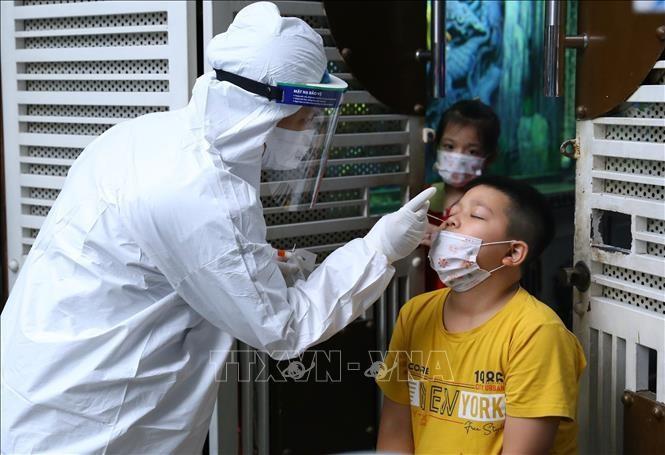 Lực lượng y tế quận Hai Bà Trưng lấy mẫu xét nghiệm SARS-CoV-2 cho những người có nguy cơ cao. Ảnh: Hoàng Hiếu - TTXVN
