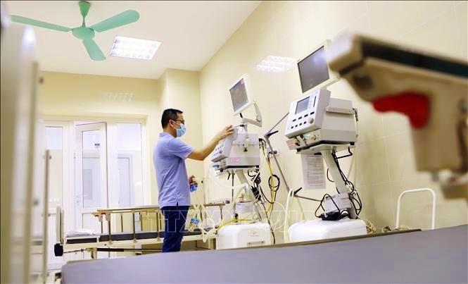 Cán bộ y tế vận hành chạy thử thiết bị máy thở tại Bệnh viện Sản – Nhi tỉnh Vĩnh Phúc cơ sở mới tại xã Đồng Văn, huyện Yên Lạc và xã Hợp Thịnh, huyện Tam Dương. Ảnh: Hoàng Hùng/TTXVN