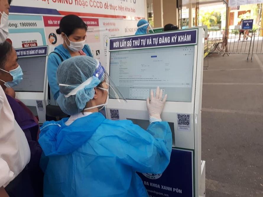 Nhân viên y tế hỗ trợ khai báo y tế điện tử