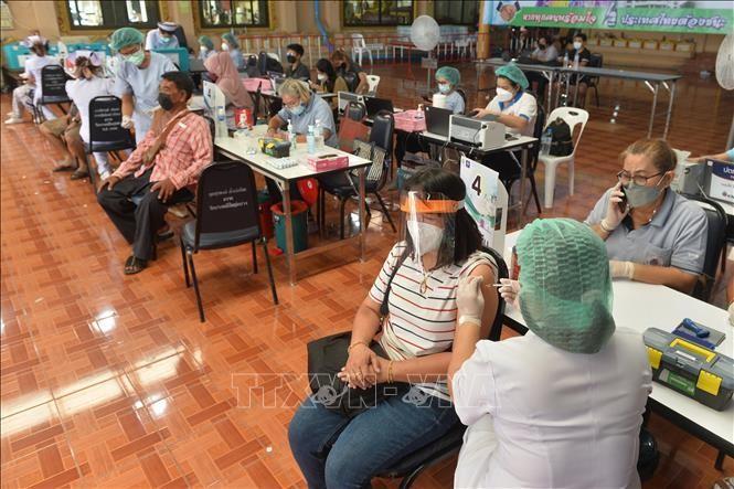 Người dân tiêm vaccine ngừa COVID-19 tại Bangkok, Thái Lan, ngày 15/7/2021. Ảnh: THX/TTXVN