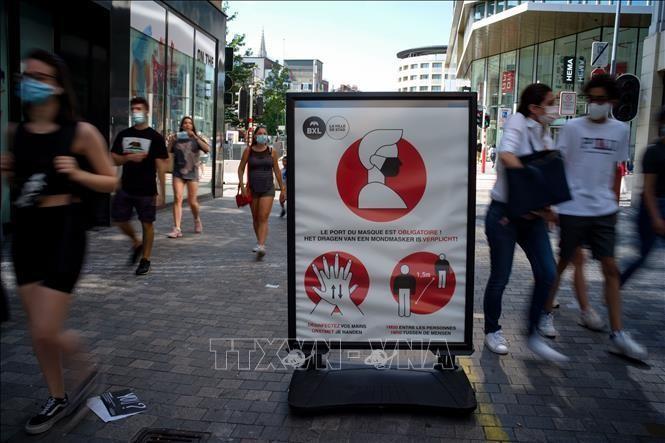 Một biển báo khuyến cáo các cách phòng dịch COVID-19 trên tuyến phố Brussels, Bỉ. Ảnh: THX/TTXVN