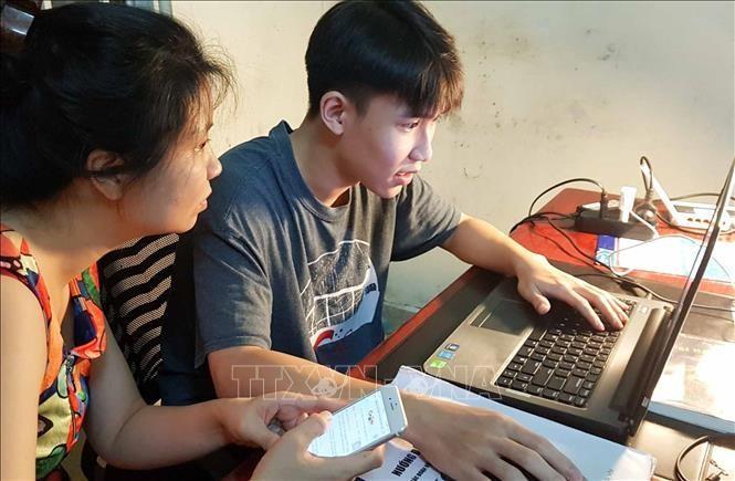 Thí sinh và phụ huynh cùng tra cứu điểm thi trên mạng ngay sau thời gian Bộ Giáo dục và Đào tạo công bố điểm. Ảnh: TTXVN