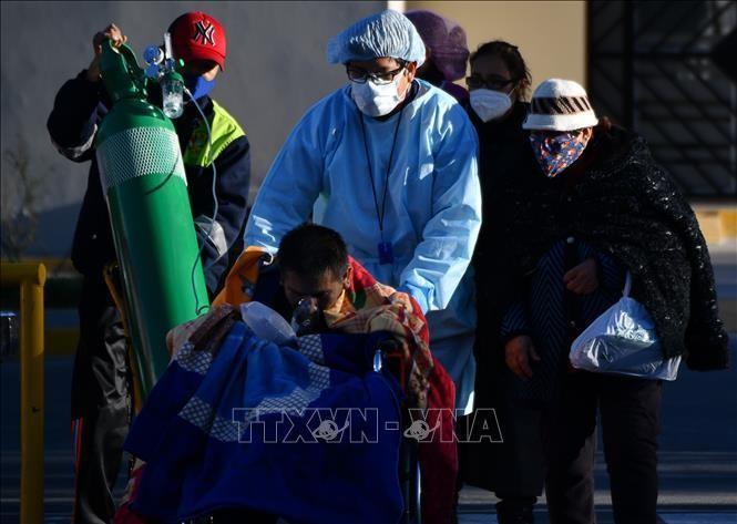 Điều trị cho bệnh nhân mắc COVID-19 tại bệnh viện ở Arequipa, Peru, ngày 23/7/2020. Ảnh: AFP/TTXVN