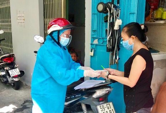 Bên cạnh cấp tiền hỗ trợ người dân, chính sách giảm tiền điện, nước, viễn thông giúp người dân bớt khó khăn do dịch COVID-19 - Ảnh: Người dân quận Phú Nhuận, TP Hồ Chí Minh nhận tiền hỗ trợ do ảnh hưởng bởi dịch COVID-19