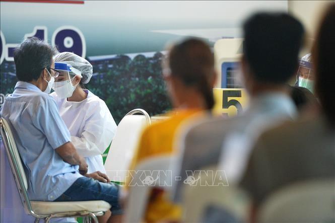 Nhân viên y tế tiêm vaccine phòng COVID-19 cho người dân tại Samut Prakan, Thái Lan, ngày 9/8/2021. Ảnh: THX/TTXVN