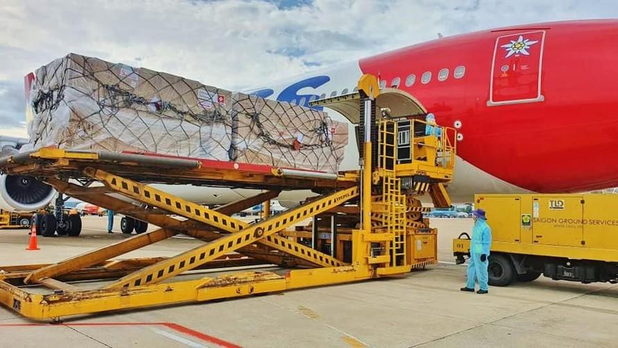 13 tấn trang thiết bị y tế được Thụy Sỹ viện trợ đã về đến Việt Nam. Ảnh: BYT