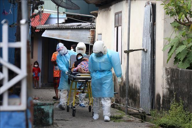 Nhân viên y tế chuyển bệnh nhân COVID-19 tới bệnh viện tại Pattani, Thái Lan. Ảnh: AFP/TTXVN