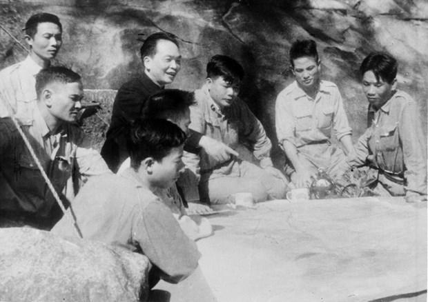 Bộ chỉ huy chiến dịch dưới sự chỉ đạo trực tiếp của Đại tướng Võ Nguyên Giáp đang bàn kế hoạch tác chiến cho từng trận đánh. Ảnh (tư liệu): TTXVN
