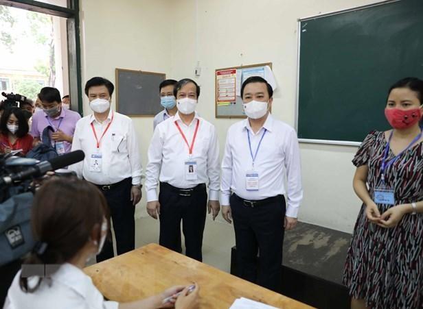 Bộ trưởng Bộ Giáo dục và Đào tạo Nguyễn Kim Sơn kiểm tra tại điểm thi trường THPT Chu Văn An (Hà Nội). Ảnh: Thanh Tùng/TTXVN