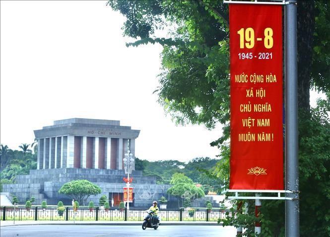 Áp phích chào mừng ngày Cách mạng tháng Tám trước Quảng trường Ba Đình lịch sử. Ảnh minh họa: Hoàng Hiếu/TTXVN
