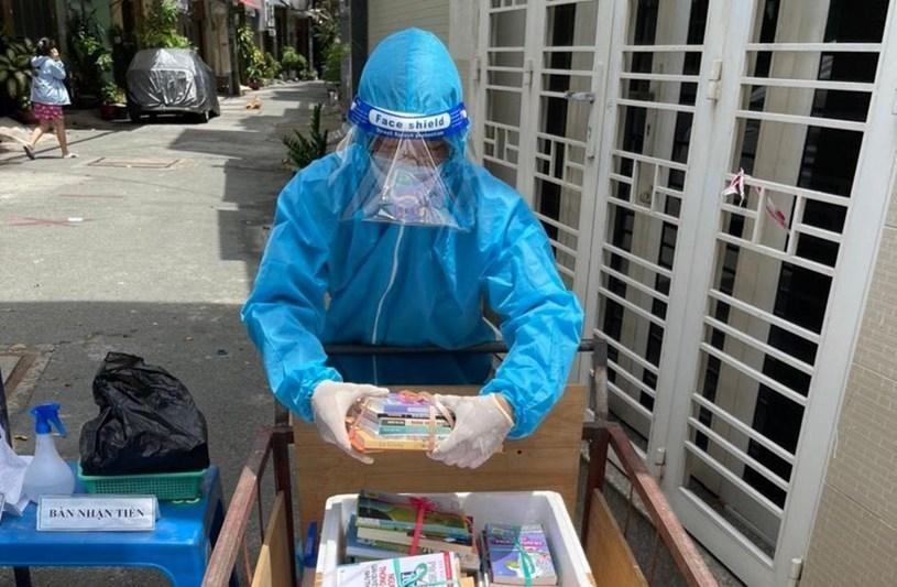 Các đơn vị nhà xuất bản tặng sách cho người dân trong khu cách ly tại TP Hồ Chí Minh.
