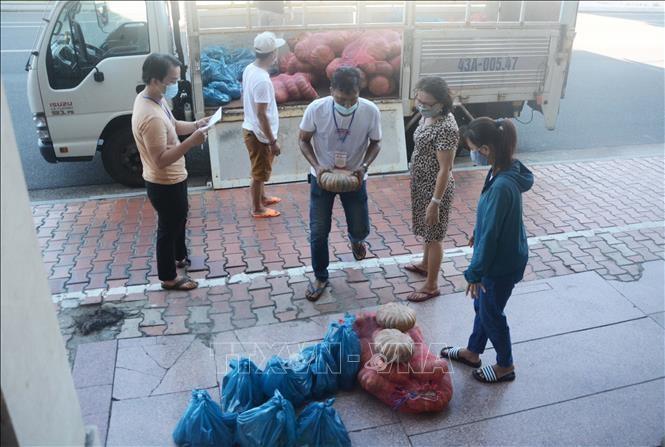 Rau củ quả được vận chuyển đến các tổ dân phố để hỗ trợ người dân. Ảnh: Văn Dũng/TTXVN