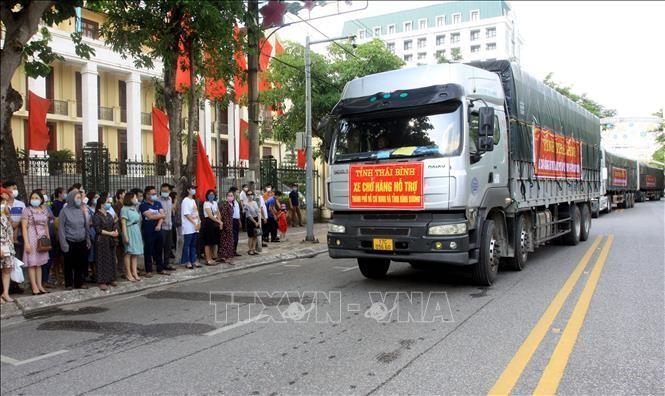 Đoàn xe chở hàng hỗ trợ TP Hồ Chí Minh và Bình Dương chống dịch. Ảnh: Thế Duyệt/TTXVN