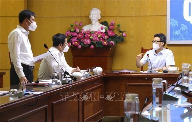 Phó Thủ tướng Vũ Đức Đam trao đổi với lãnh đạo Quận 12.