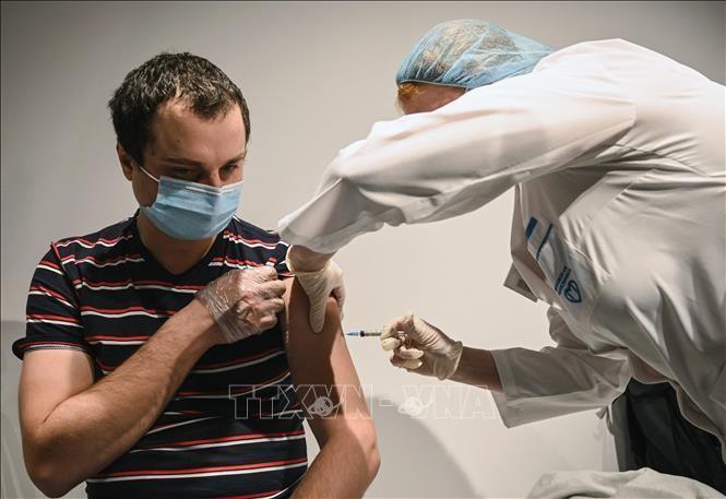 Tiêm vaccine ngừa COVID-19 cho người dân tại Moskva, Nga ngày 18/1/2021. Ảnh: AFP/TTXVN