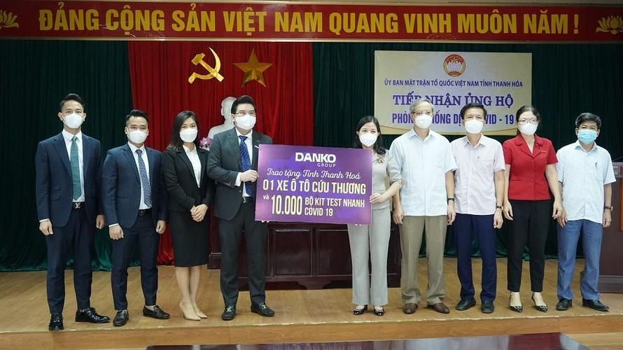 BLĐ Homevina Group phối hợp cùngDanko Group trao tặng 1 xe cứu thương và 10.000 bộ kit test nhanh cho tỉnh Thanh Hoá phòng, chống dịch