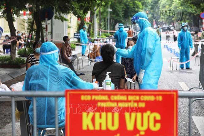 Hà Nội lấy mẫu xét nghiệm cho người dân khu vực nguy cơ. Ảnh: TTXVN.