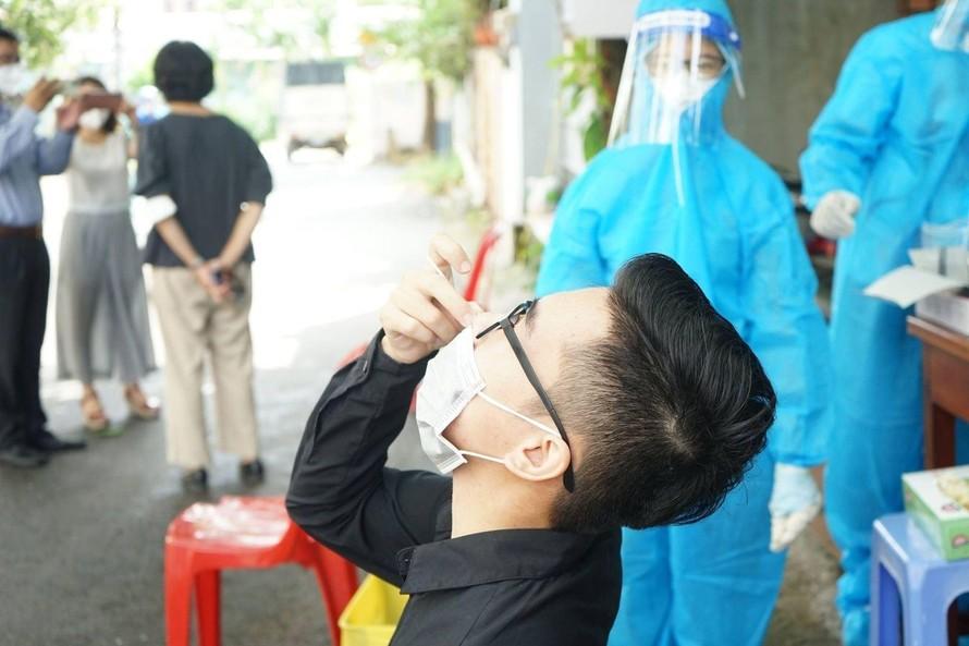 Người dân tự thực hành test nhanh dưới sự hướng dẫn của Bộ Y tế. Ảnh: BYT.