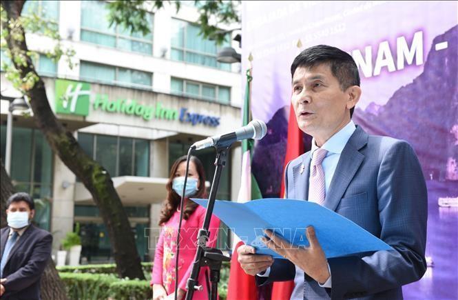 Đại sứ Nguyễn Hoành Năm phát biểu tại lễ khai mạc.