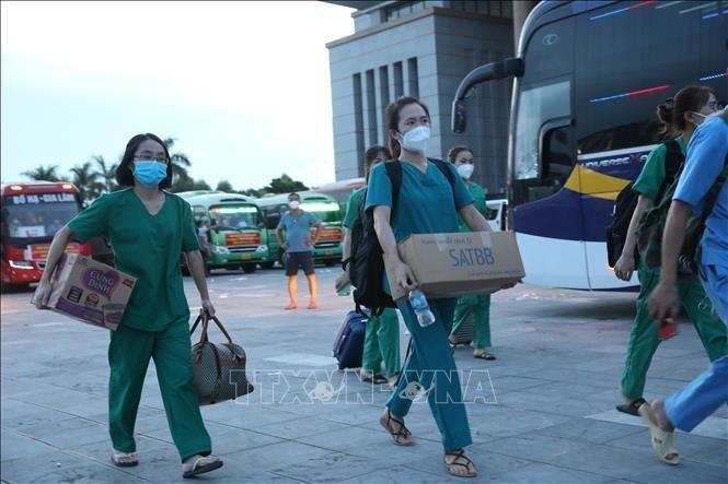 Đoàn công tác của Bắc Giang lên đường tới hỗ trợ Hà Nội chống dịch. Ảnh: TTXVN