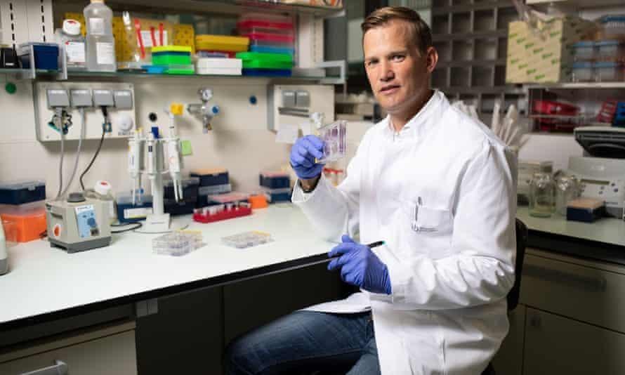 Nhà virus học Hendrik Streeck, một trong những tác giả của nghiên cứu, chỉ ra hệ thống thông gió kém là yếu tố chính dẫn đến sự kiện siêu lây lan ở North-Rhine Westphalia. Ảnh: Getty Images