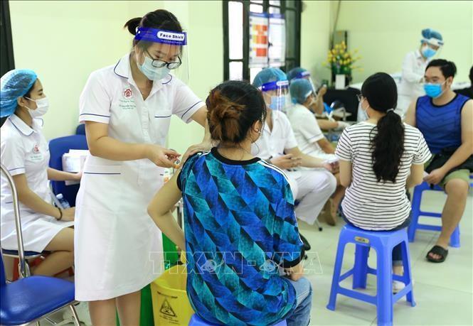 Hà Nội tiêm vaccine phòng COVID-19 cho người dân. Ảnh: TTXVN