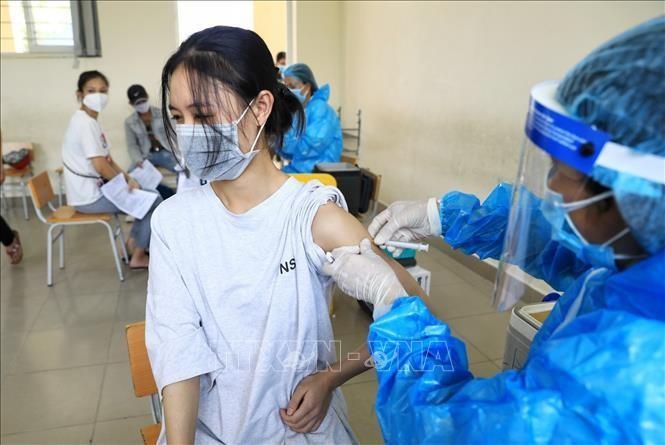 Theo kế hoạch, Hà Nội tổ chức tiêm chủng phòng COVID-19 mũi 1 cho toàn bộ người dân từ 18 tuổi trở lên trên địa bàn đến ngày 15/9/2021 trên cơ sở số vaccine được Bộ Y tế phân bổ và giao. Ảnh: Thành Đạt/TTXVN