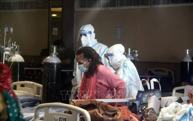 Bệnh nhân COVID-19 được điều trị tại bệnh viện ở New Delhi, Ấn Độ. Ảnh: THX/TTXVN
