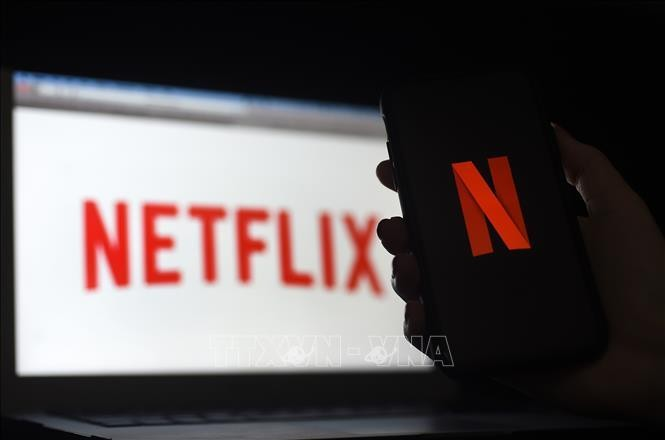 Biểu tượng Netflix trên màn hình máy tính và điện thoại di động ở Arlington, Virginia, Mỹ. Ảnh: AFP/TTXVN