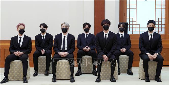 Các thành viên nhóm nhạc BTS tại lễ bổ nhiệm làm đặc phái viên của Tổng thống Hàn Quốc về tương lai và văn hóa, ở Seoul ngày 14/9/2021. Ảnh: Yonhap/TTXVN