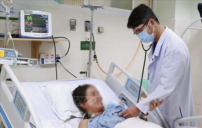 Bác sĩ Bệnh viện Hoàn Mỹ Cửu Long tại Cần Thơ thăm khám cho bệnh nhân N.T.L.T. Ảnh: TTXVN phát