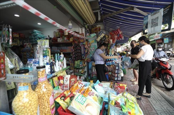 Người dân đi chợ cần tuân thủ nghiêm các quy định về phòng, chống dịch. Ảnh: Minh Quyết/TTXVN