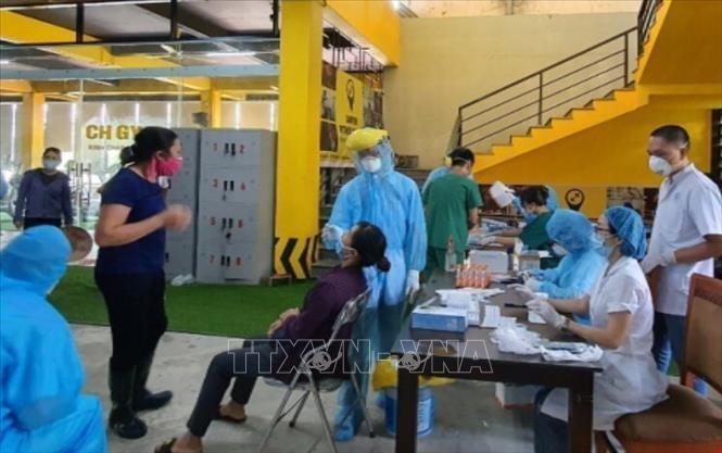 Hà Nội lấy mẫu xét nghiệm sàng lọc ca nhiễm SARS-CoV-2. Ảnh: TTXVN.
