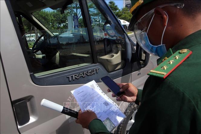 Kiểm tra giấy đi đường bằng cách quét mã QR Code trên giấy đi đường của các doanh nghiệp tại Đà Nẵng. Ảnh: Trần Lê Lâm/TTXVN