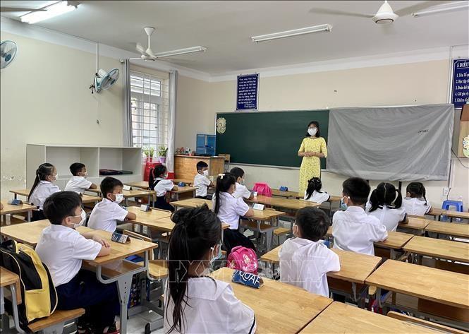 Các em học sinh Trường Tiểu học Cao Văn Ngọc, huyện Côn Đảo (tỉnh Bà Rịa - Vũng Tàu) bước vào buổi học đầu tiên năm học 2021-2022. Ảnh minh họa: TTXVN phát