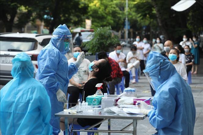 Hà Nội xét nghiệm những người có liên quan đến Bệnh viện Hữu nghị Việt Đức. Ảnh: TTXVN