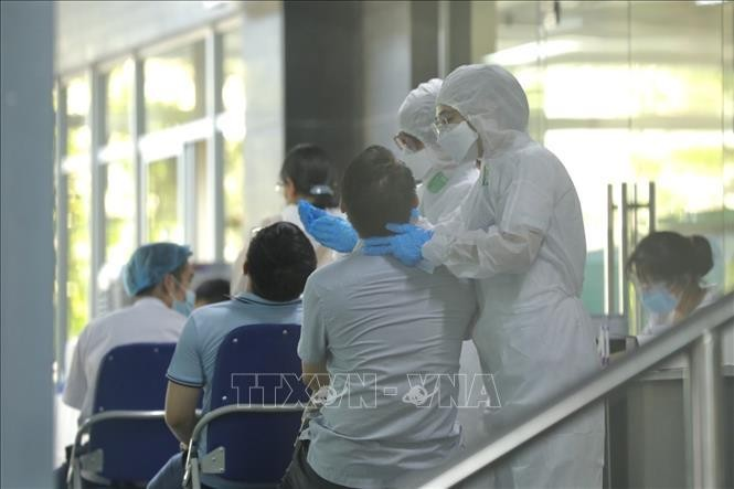 Lấy mẫu xét nghiệm sàng lọc SARS-CoV-2 cho bệnh nhân, người nhà tại Bệnh viện Việt Đức. Ảnh: TTXVN