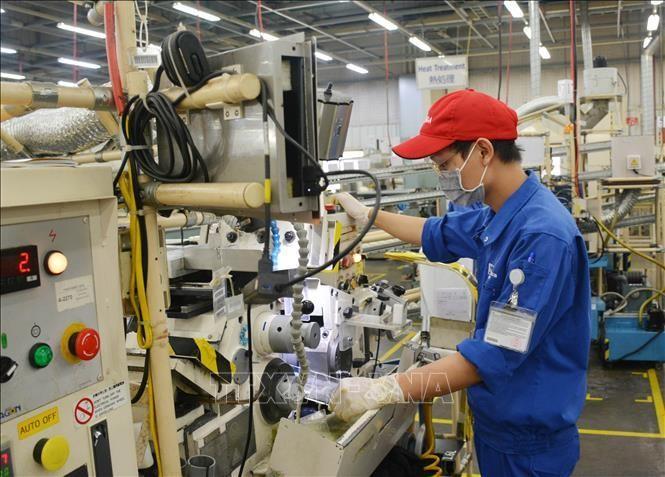 Công nhân làm việc trong ngày đầu thực hiện nới lỏng giãn cách xã hội tại Khu Công nghiệp Linh Trung 1. Ảnh: Hồng Pha/TTXVN phát.