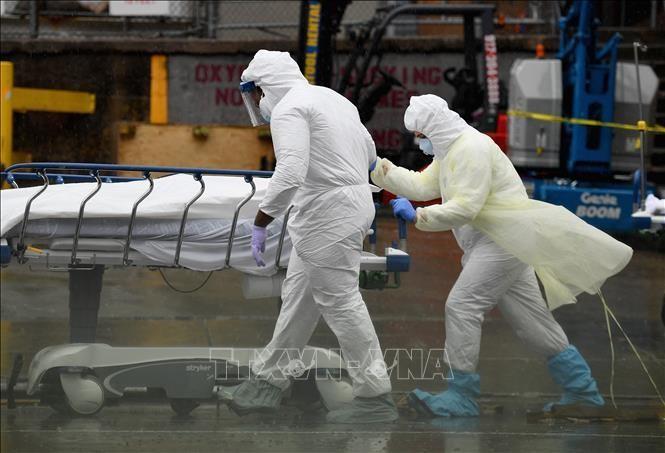 Chuyển thi thể bệnh nhiễm COVID-19 tại New York, Mỹ. Ảnh: AFP/TTXVN