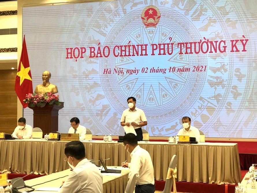 Thứ trưởng Bộ Y tế Đỗ Xuân Tuyên cung cấp thông tin cho báo chí tại cuộc họp báo.