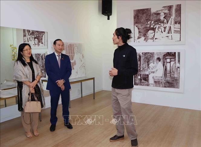 Họa sĩ Thi Nguyễn giới thiệu tranh với Đại sứ Việt Nam tại Vương quốc Bỉ Nguyễn Văn Thảo và phu nhân.
